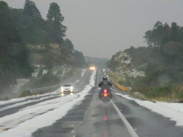 Mucho del arte de la conducción en motocicleta, es saber conducir de forma segura en todo tipo de clima y de camino.