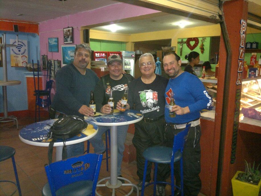 G.A.R. comiendo en Pizzas Express. Puerto Escondido. Oax.