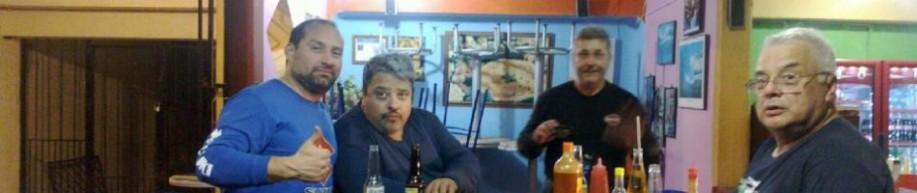 G.A.R. comiendo pizzas en Puerto Escondido. Dic. 2012.